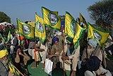 2020 protest indických farmářů - muži drží vlajky.jpg