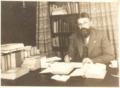 A.G.J. van Straaten achter zijn bureau.png