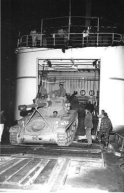 טנק דגם אמקס-13 מתרגל כניסה למחסן אונית הנוסעים דן.