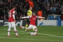 Ramsey all'Arsenal nel 2013, mentre s'appresta a battere un calcio di punizione.