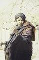 ASC Leiden - van Achterberg Collection - 6 - 064 - Une femme touareg avec un foulard noir, de grandes boucles d'oreilles et un tissu d'épaule rouge - Entre Tabelot et Agadez, Niger - janvier 2005.tif