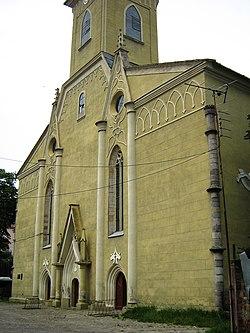 A beregszászi római katolikus templom főhomlokzata.jpg