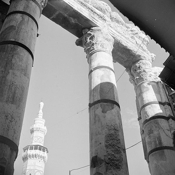 File:Aan een van de uiteinden van de suq Ham in Damascus bij de ingang van de Omayyad, Bestanddeelnr 255-5886.jpg