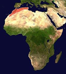 Afriko kun Atlasa montaro markita ruĝe