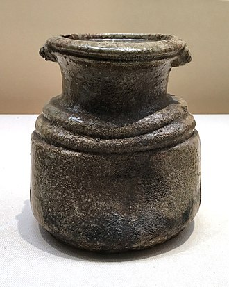 Iga ware - Fresh-water mizusashi container, with two decorative grains. Momoyama period, 17th century