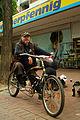 Alt-Punk mit Mountain-Bike vor Punk-Lager mit Bierflasche und Spenden-Becher.jpg