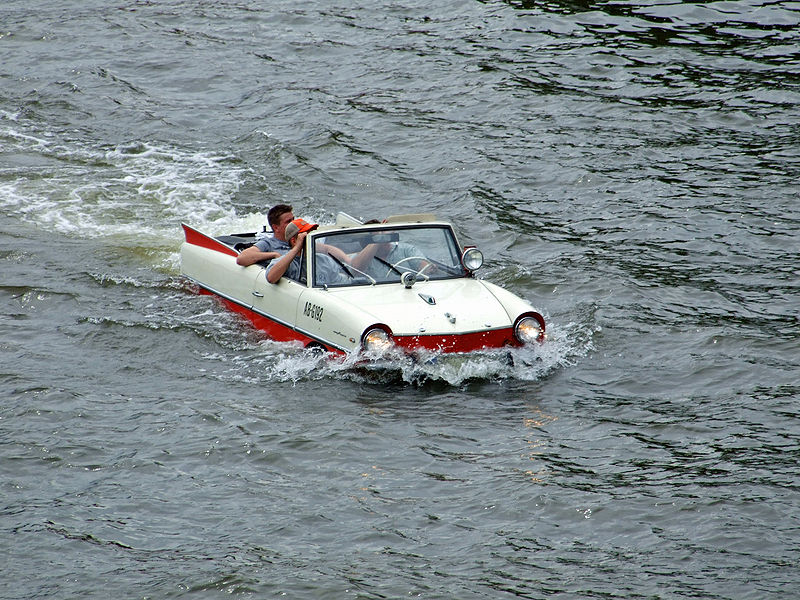 Amphicar im Main, am Eisernen Steg in Ffm via Wikimedia Commons
