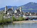 Ansicht von der Holzbrücke auf die Stadtsilhouette von Rapperswil mit Schloss und Stadtpfarrkirche, im Vordergrund der Seedamm, im Hintergrund der Bachtel 2012-04-22 17-51-58 (P7000) ShiftN.jpg