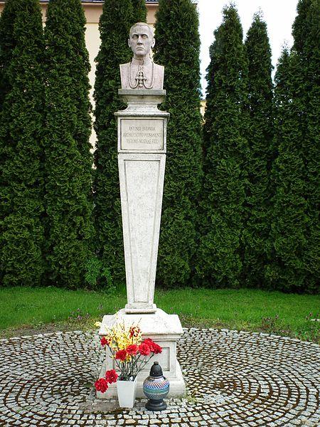 File:Antoni Baraniak Monument in Mchy (2).jpg