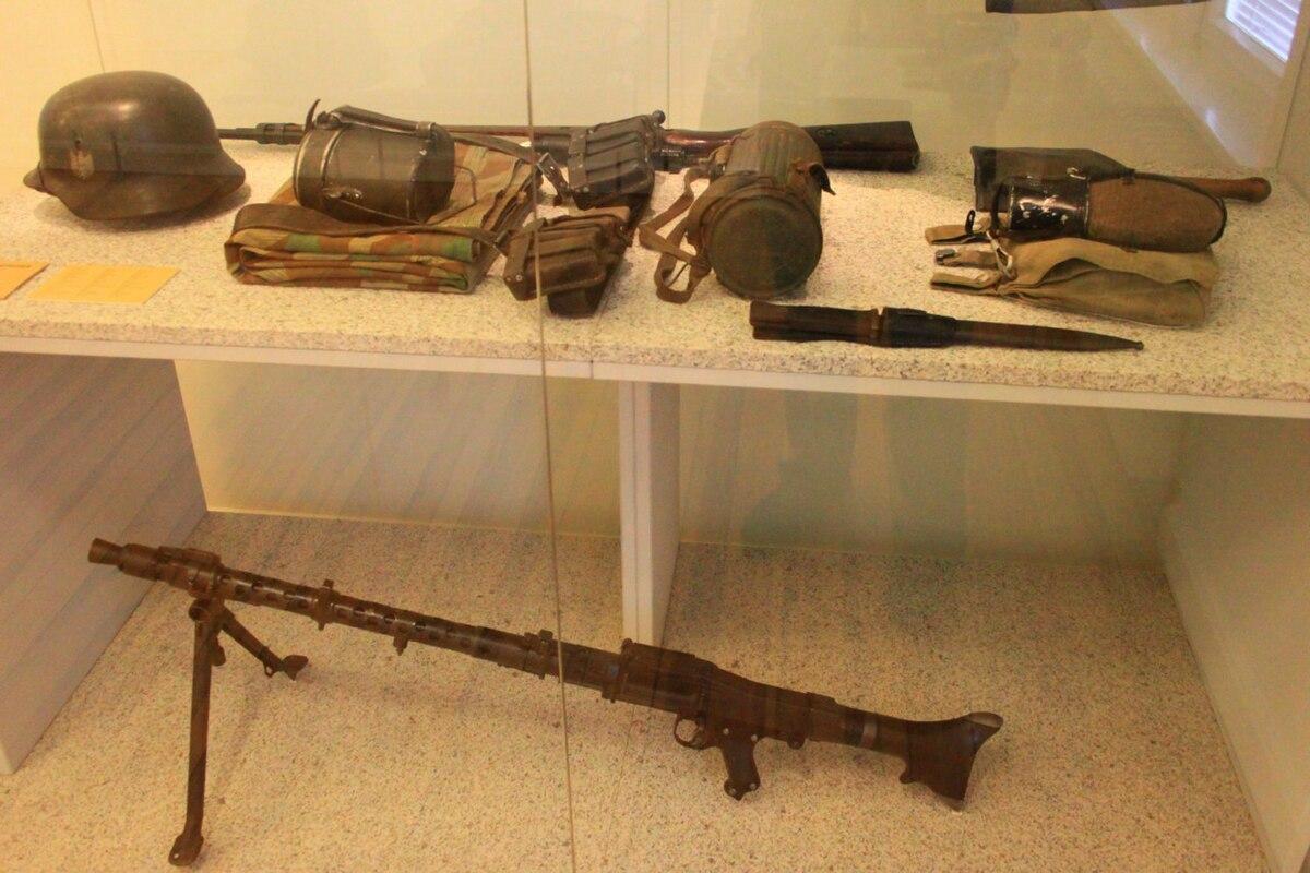 Attrezzature tedesche e MG42.JPG