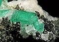 Béryl var. émeraude, tourmaline var. dravite et calcite (Mingora Mine Swat - Pakistan).jpg