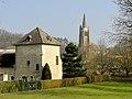 Béthisy-Saint-Pierre (60), ancien colombier du château du roi Jean et église, parc municipal.jpg
