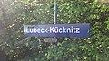 Bahnhofsschild Lübeck-Kücknitz 170527.jpg