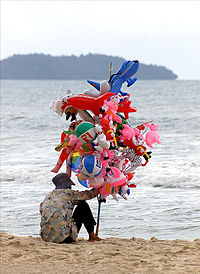 English: Balloon seller works on the beach at ...