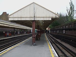 Barons Court tube station - The platforms at Barons Court.