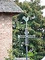 Beuningen (Gld) boerderij Hosterdstraat 12 detail, dakpunt en kruis met haan.JPG
