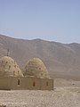 Bienenkorbhäuser bei der Rast im Bagdad Cafe bei der Fahrt durch die Wüste von Palmyra nach Damaskus (38674686262).jpg