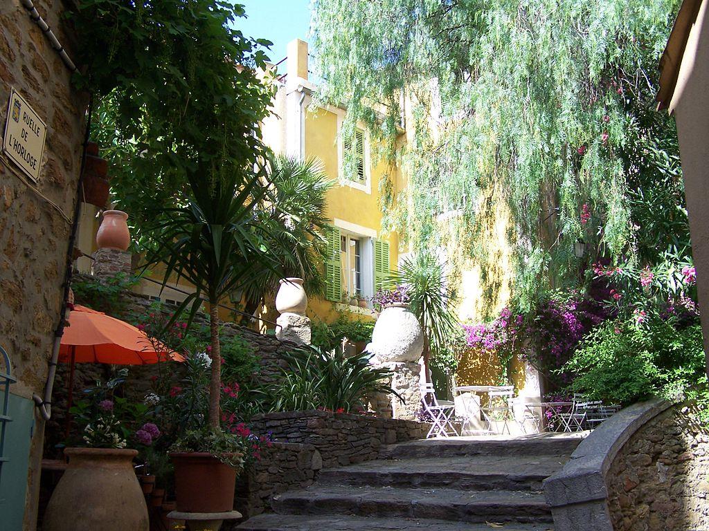 Ruelle de l'horloge à Bormes-les-Mimosas, commune du Var en Provence-Alpes-Côte d'Azur (France). (définition réelle 2576×1932)