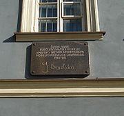 Мемориальная таблица на доме по улице Лейиклос в Вильнюсе, в котором в 1966—1971 годах останавливался поэт