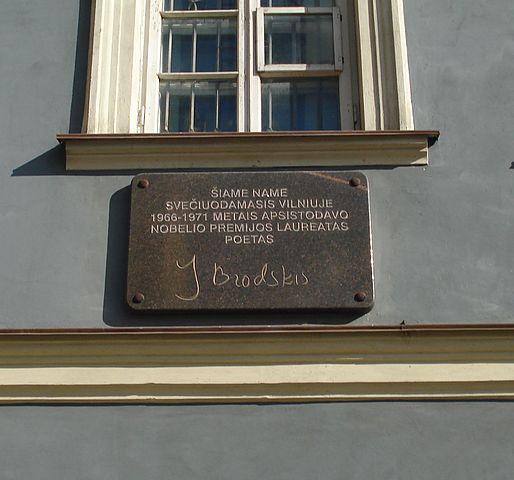 Мемориальная доска на доме по улице Лейиклос в Вильнюсе, в котором в 1966—1971 годах останавливался поэт