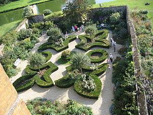 Broughton, Oxfordshire - Image: Broughton castle garden