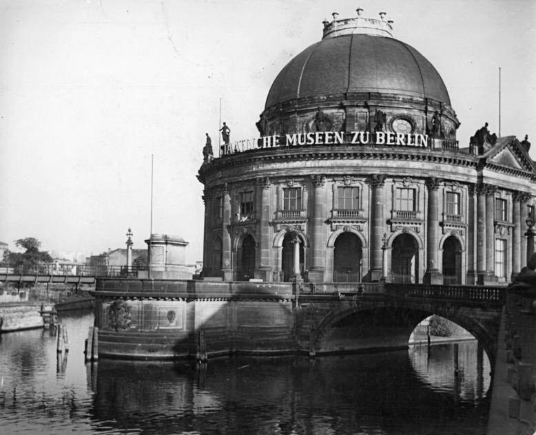 Bundesarchiv Bild 183-41736-0005, Berlin, Bodemuseum, Monbijoubr%C3%BCcke