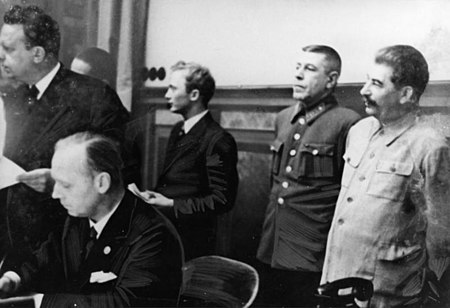 Joseph Stalin, Joachim von Ribbentrop and others at the signing of the German-Soviet Boundary and Friendship Treaty Bundesarchiv Bild 183-H27343, Dtsch.-Sowjet. Grenz- u. Freundschaftsvertrag.jpg