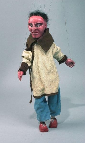 File:COLLECTIE TROPENMUSEUM Draadpop voorstellende een blanke man in een stuk over AIDS TMnr 5550-18.jpg