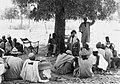 COLLECTIE TROPENMUSEUM Een medewerker van de Stichting Nederlandse Vrijwilligers (SNV) temidden van Fulani pauzerend onder een boom in Toma TMnr 20010403.jpg
