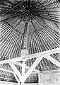 COLLECTIE TROPENMUSEUM Plafond en palen met houtsnijwerk in een tempel op het erf van een aanzienlijke man op Bali TMnr 10017707.jpg
