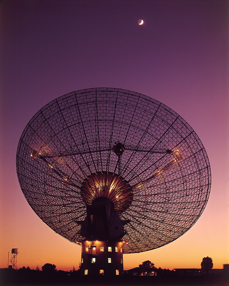 CSIRO ScienceImage 4350 CSIROs Parkes Radio Telescope with moon in the background.jpg