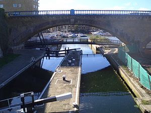Commercial Road Lock - Image: Canal lock Regent's Canal Limehouse Basin