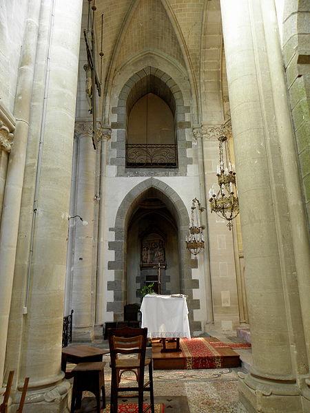 Intérieur de l'église Saint-Jean-Baptiste de Carelles (53). Chœur et tribune des sonneurs.
