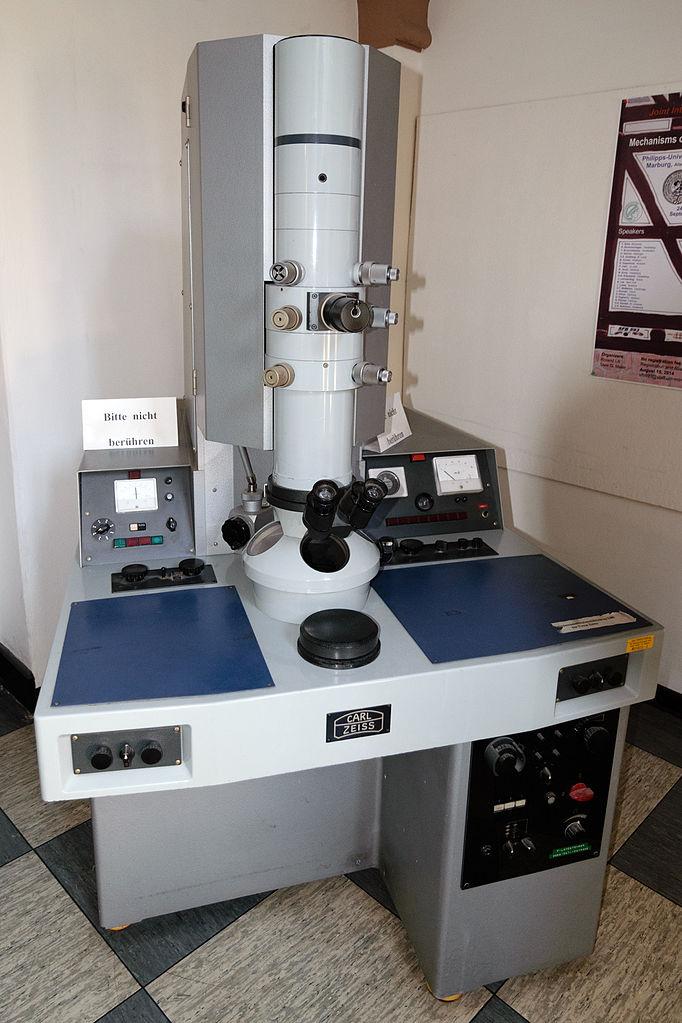 https://upload.wikimedia.org/wikipedia/commons/thumb/0/00/Carl_Zeiss_Elektronenmikroskop_Marburg.jpg/682px-Carl_Zeiss_Elektronenmikroskop_Marburg.jpg