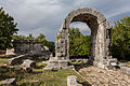 Carsulae, arco di S. Damiano e strada Flaminia 3.jpg