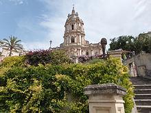 La scalinata e i giardini del Duomo