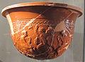 Ceramica sigillata aretina con figure femminili tra motivi vegetali.JPG