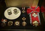 Cf33137 610 Ja-vi-elsker-frihet-MINUS-FEM Hakekors (Lill-Ann Chepstow-Lusty, Kulturhistorisk museum 2014, UiO - CC BY-SA 4.0).jpg