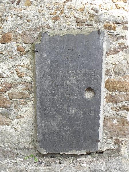 Extérieur de l'église Notre-Dame de Châteauneuf-sur-Sarthe (49). Pierre tombale.