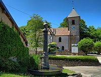 Châtillon-le-Duc, la fontaine ronde et l'église.jpg