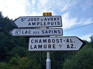 Chambost-Allières - Panneaux directionnels RD 98 (juil 2018).jpg