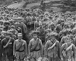 Soldados chineses fracamente armados, em marcha.
