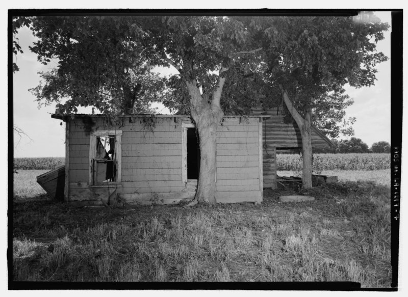 File:Close view looking from the east to show cistern and electric meter - Piece sur piece Building (House), On dirt road off of Highway 494, about 1 1-2 miles Northwest of Bermuda, Bermuda, HABS LA-1297-8.tif