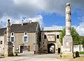 Colonnes et porte de Nuits Bourgogne.jpg