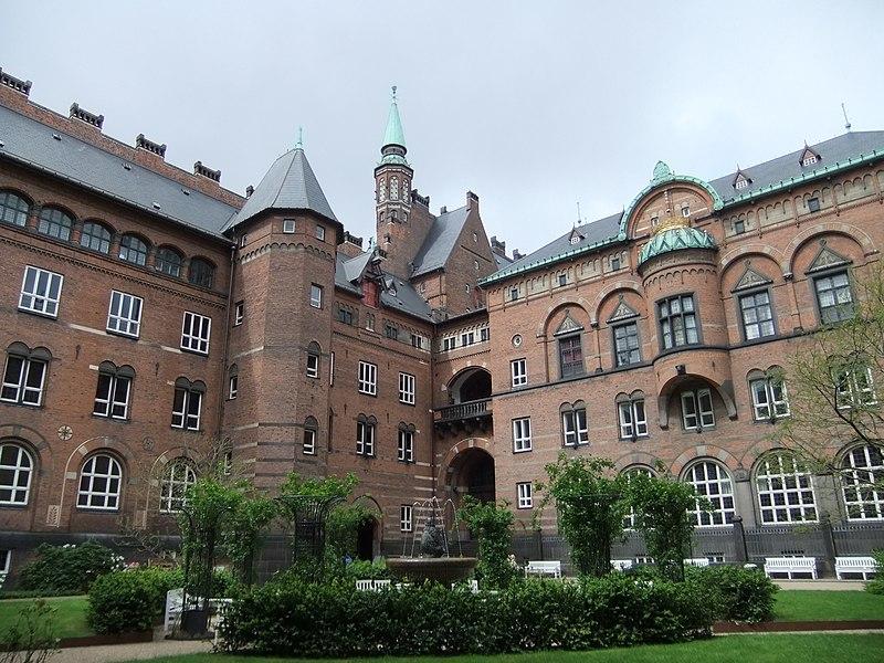 Copenhagen City Hall - Rådhushaven.jpg
