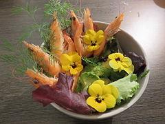 Salade de crevette, avocat, pensée, et aneth