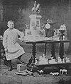 Der zehnjährige Robert Ullmann inmitten seiner Werke (1913).jpg