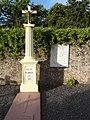 Dolving (Moselle) Couvent de Saint-Ulrich, cimetière croix et plaque commémorative guerre.jpg