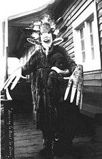 Uno sciamano effettua un rituale di esorcismo degli spiriti cattivi per curare un ragazzo ammalato, Alaska, 1890 circa