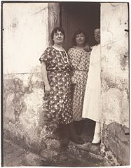 Eugène Atget - Three women in a doorway on Rue Asselin.JPG